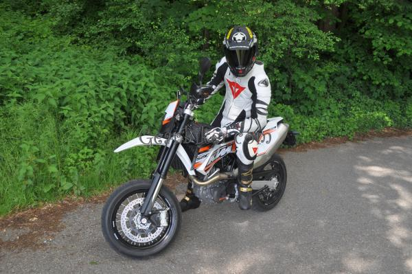 Picture censored: KTM MX Biker unterwegs