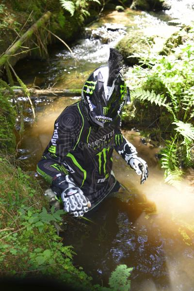 Picture censored: Monster MX Moto Cross gear dans les bois